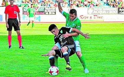 Julio Alonso, lateral bético, con la equipación negra del Villanovense.