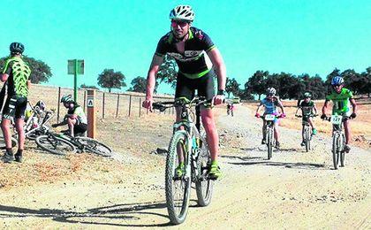 Alanís disfruta sobre la bicicleta