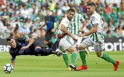 Javi García, en un lance del partido ante el Alavés.