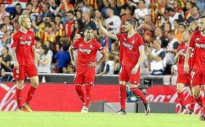Los jugadores del Sevilla, cariacontecidos en Mestalla.