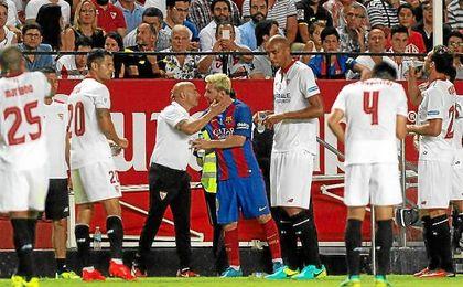 Sampaoli, saludando a Messi en la Supercopa de España la temporada pasada.