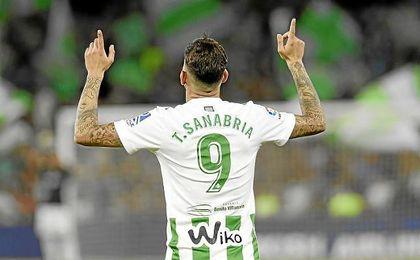 Sanabria celebra un gol en el partido ante el Levante.