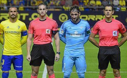 Dani Giménez, ejerciando de capitán junto al cadista Servando en debut esta campaña en partido oficial.
