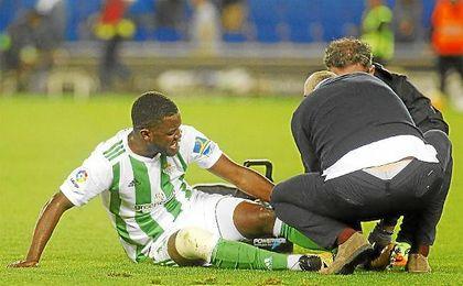 Joel Campbell cayó lesionado en los últimos instantes del partido contra el Espanyol.