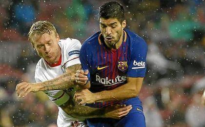 Kjaer, en el partido del Camp Nou con Luis Suárez.