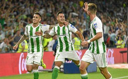 Sanabria, Sergio León y Fabián celebran un gol en el Benito Villamarín.