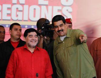 """Maradona comparte con jóvenes futbolistas y se declara """"soldado de Maduro"""""""