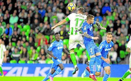 Joaquín Sánchez se impone en el salto a Vitorino Antunes durante el encuentro ante el Getafe (2-2).