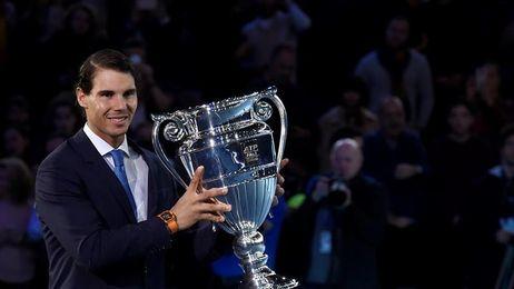 Rafael Nadal recibe el trofeo de Número 1 de final de año