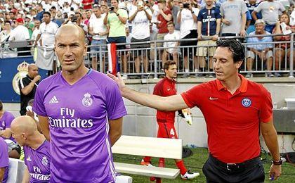 Emery saluda a Zidane antes de un amistoso de verano.