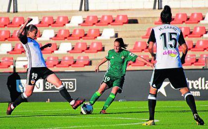 Virgy ensaya un disparo lejano ante las valencianistas Nadya Karpova y Marta Carro en la tarde de ayer.