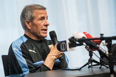 Tabárez dice que los nuevos jugadores han aportado más equilibrio a Uruguay