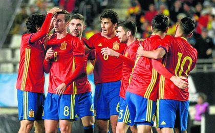 Los compañeros de Fabián (con el 8) le felicitan por su tanto ante Islandia sub 21.