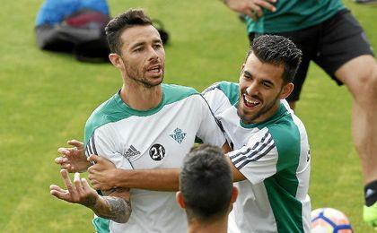 Rubén Castro y Ceballos bromean como béticos.