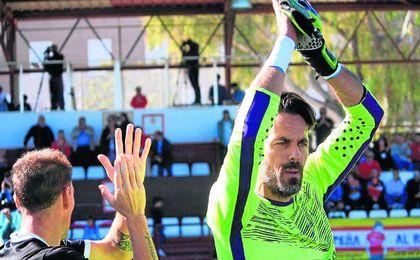 Ramón, portero del Alcalá, saludando al público.