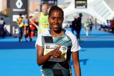 La etíope Zenebe ganó en Valencia con un tiempo de 2:26:17