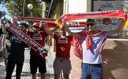 La afición del Liverpool disfrutó con calma los momentos previos al partido.