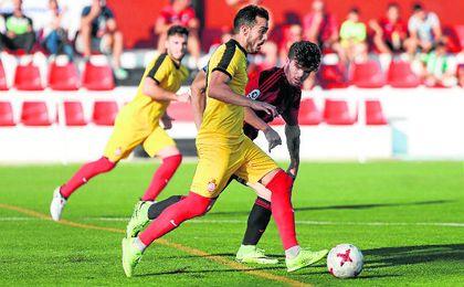 Blanco, en la imagen conduce el balón ante Migue Sánchez, suma cuatro goles.