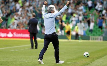 Setién festeja un gol con la grada del Villamarín.