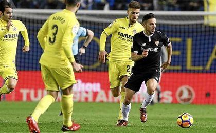 Sarabia conduce el balón ante la presión del Villarreal.