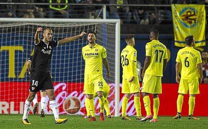 Pizarro levanta los brazos para celebrar el gol de penalti de Banega.