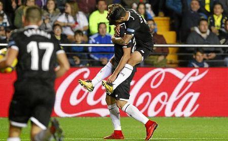 Banega abraza a Franco Vázquez tras marcar ante el Villarreal.