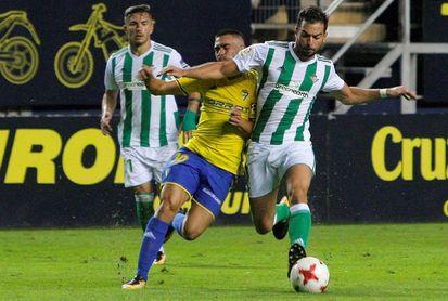 El Betis busca reencontrarse con un Cádiz emergente que piensa más en la Liga