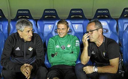 Cervera, conversando con Setién y Joaquín antes del partido de ida.