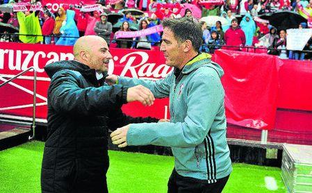 Jorge Sampaoli y Eduardo Berizzo se saludan antes de un Sevilla-Celta de la 16/17 en Nervión.