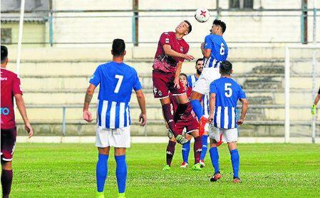 Marrufo (6) pugna con un rival.