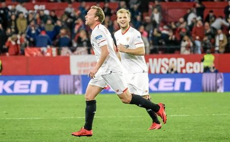 Geis, acude a felicitar a Krohn-Dehli tras su gol.