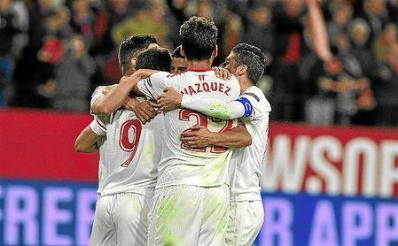 Los jugadores del Sevilla se abrazan tras el gol de Ben Yedder.