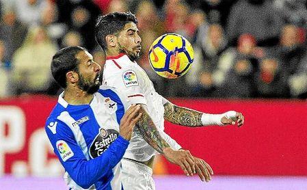 Banega controla el balón en el partido ante el Deportivo.