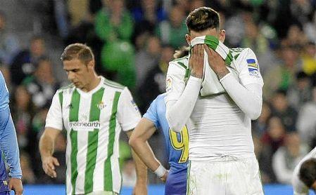 Sanabria se lamenta por una ocasión fallada ante el Girona.