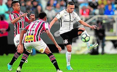 Maycon, con el balón, en un encuentro de la liga brasileña entre Corinthians y Sao Paulo.