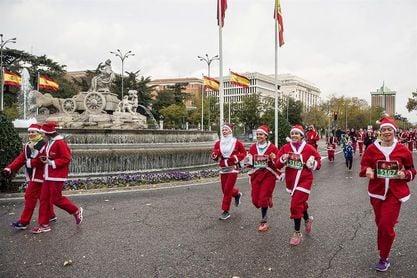 Miles de Papá Noel recorren las calles de Madrid para recibir a la Navidad