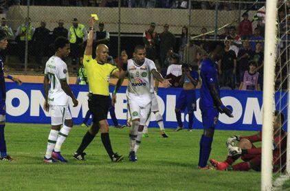 Árbitros de Ecuador amenazan con no pitar las finales del torneo por una deuda de la FEF
