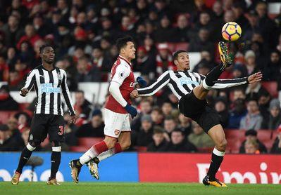 Özil lanza al Arsenal y mete al Newcastle en descenso