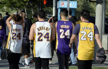 Los números 8 y 24 de Kobe Bryant ya cuelgan para siempre en el Staples Center