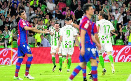 Sergio León y Sanabria celebran un gol del paraguayo al Levante con asistencia del cordobés.