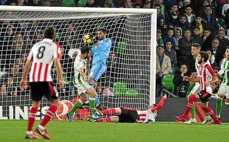 La expulsión de Amat, con penalti incluido, decantó el Betis-Athletic.