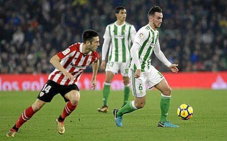Fabián conduce el balón ante la presión de Susaeta.