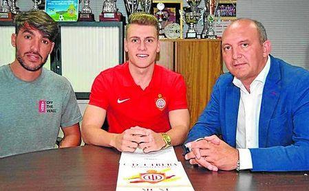 Domi posa con Israel Bascón (a su derecha) y Antonio Camino, secretario técnico y presidente utrerano.