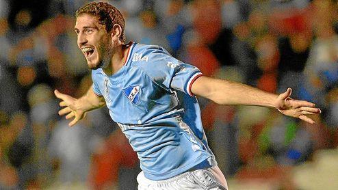 Agustín Rogel celebra un gol con la elástica de Nacional.
