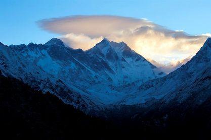 Nepal prohíbe a los invidentes y amputados dobles escalar el Everest
