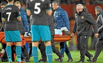 Lukaku abandona Old Trafford en camilla y con oxígeno