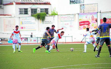 Disputa del duelo entre el Morón CF y la Rociera.