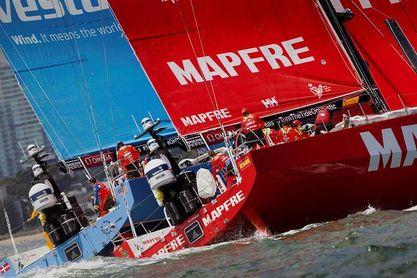 La encalmada agrupa a la flota; el ´Mapfre´, a dos kilómetros del líder