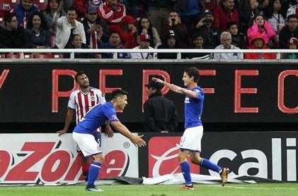1-3. El chileno Felipe Mora anota dos goles en el triunfo de Cruz Azul sobre Chivas