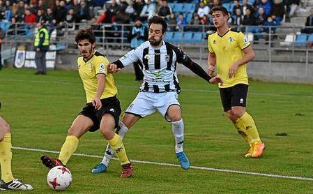 Carmona protege el balón ante la presión del rival.
